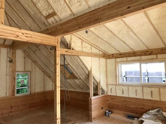 ログハウス 屋根と妻壁の吹付断熱